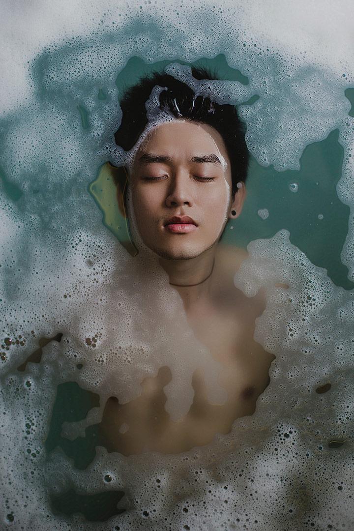 Man-Relaxing-In-Bath